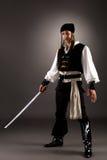 Den attraktiva manpåklädden piratkopierar för allhelgonaafton Fotografering för Bildbyråer