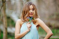 Den attraktiva modellen i snödroppe för blåttklänninglukt blommar på våren skogen Royaltyfri Foto