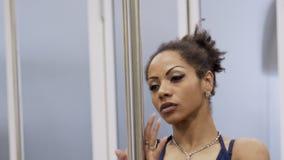 Den attraktiva och ljusa afrikansk amerikankvinnan dansar sexually på polen stock video