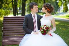 den attraktiva pardagen tycker om den att gifta sig nytt nygift personromantiker för bilden som bara ler deras tid, gifta sig brö Royaltyfri Bild