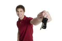 den attraktiva pojkebilholdingen keys tonårs- Royaltyfri Foto