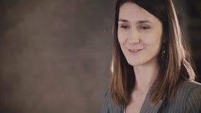 Den attraktiva säkra kvinnliga affärslagledaren ger ett anförande Ungt lyckligt Caucasian kvinnaframstickande som talar på det fo lager videofilmer