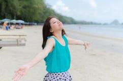 den attraktiva stranden tycker om kvinnan Arkivbild
