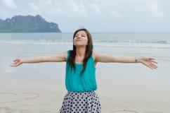 den attraktiva stranden tycker om kvinnan Royaltyfria Foton