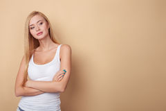 Den attraktiva unga blonda flickan flörtar med Royaltyfri Fotografi