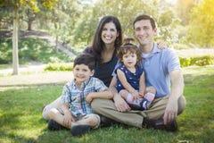 Den attraktiva unga familjen för det blandade loppet parkerar ståenden Arkivbilder