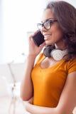 Den attraktiva unga flickan kallar till någon Royaltyfri Foto