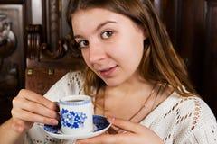 Den attraktiva unga flickan med ett koppslut upp Arkivfoto