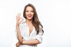 Den attraktiva unga kvinnan i den manliga skjortan uttrycker Arkivfoton