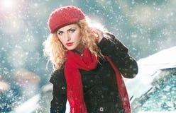Den attraktiva unga kvinnan i en vinter danar skjutit Arkivbilder