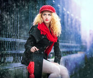 Den attraktiva unga kvinnan i en vinter danar skjutit Royaltyfri Bild