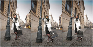 Den attraktiva unga kvinnan i en vinter danar skjutit Härlig trendig ung flicka i den svartvita dräkten som poserar på aveny Fotografering för Bildbyråer