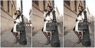 Den attraktiva unga kvinnan i en vinter danar skjutit Härlig trendig ung flicka i svartvitt posera mot en pelare Arkivbild