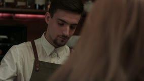 Den attraktiva unga kvinnan kommer till en nattklubb och frågar bartendern för en drink lager videofilmer