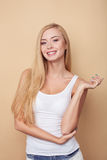 Den attraktiva unga kvinnan med nätt leende är Arkivfoto