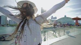 Den attraktiva unga kvinnan rotera joyfully i rytmdans stock video