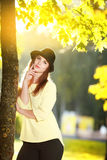 Den attraktiva unga kvinnan som tycker om hennes tid utanför i, parkerar Royaltyfria Foton