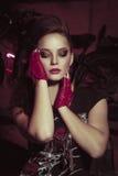 Den attraktiva unga kvinnan vaggar in stilkläder Royaltyfri Fotografi