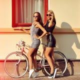 Den attraktiva unga kvinnlign modellerar den utomhus- modeståenden Royaltyfri Foto