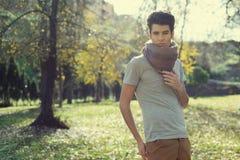 Den attraktiva unga stiliga manen, modellerar av danar i parkera arkivbild