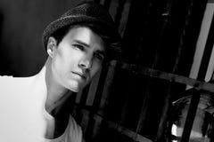 Den attraktiva unga stiliga manen, modellerar av danar i stads- backgro royaltyfri bild