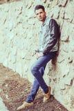 Den attraktiva unga stiliga manen, modellerar av danar i stads- backgro arkivfoton