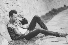 Den attraktiva unga stiliga manen, modellerar av danar i stads- backgro arkivbilder