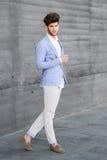Den attraktiva unga stiliga manen, modellerar av danar i stads- backgro royaltyfri fotografi