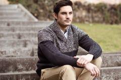 Den attraktiva unga stiliga manen, modellerar av danar i stads- backgro Royaltyfria Bilder