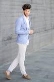 Den attraktiva unga stiliga manen, modellerar av danar i stads- backgro royaltyfria foton