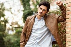 Den attraktiva unga stiliga manen, modellerar av danar i stads- backgro arkivbild
