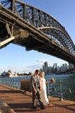 Den Australien bruden och brudgummen går under Sydney Harbour Bridge Sydn Arkivfoton