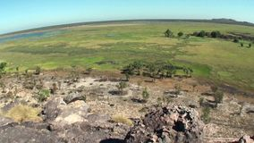 Den Australien kakadunationalparken, Nourlangie vaggar, panoramautsikten från ett berg, med en stor vinkel stock video
