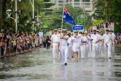 Den Australien marinen ståtar marsch i internationell hastig granskning 201 royaltyfri bild