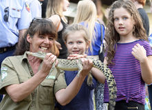 Den australiska djurlivkvinnan parkerar kommandosoldatundervisningbarn om infödda krokodiler på den lokala mässan Royaltyfria Foton