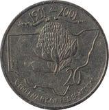 Den australiska hundraårsdagen för tjugo-cent mynt 1901-2001 av federation som isoleras på vit bakgrund arkivbilder