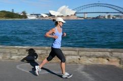 Den australiska kvinnan kör längs Sydney Harbour i Sydney New South W Royaltyfria Foton