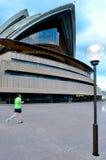 Den australiska mannen kör nära operahuset i Sydney, Australien Royaltyfri Foto
