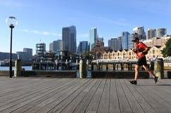 Den australiska mannen kör på den runda kajhamnplatsen i Sydney, Australien Arkivbilder