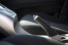 den auto bromsen details handen arkivbild
