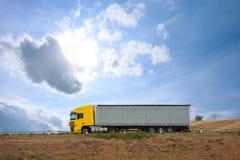 Den Auto lastbilen går på långt Royaltyfri Fotografi