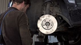 Den auto mekanikern förstärker bilbromsdisketter och block arkivfilmer