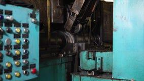Den automatiserade maskinen för rullande press gör knölar på hjul för bilar arkivfilmer