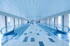 Den automatiska fot- hissen överbryggar Fotografering för Bildbyråer