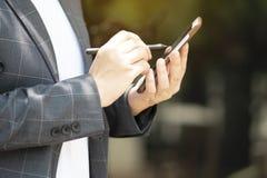 Den avancerade kommunikationen gör transaktioner lätta med sociala knyta kontakt system royaltyfri fotografi