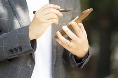 Den avancerade kommunikationen g?r transaktioner l?tta med sociala knyta kontakt system arkivbilder