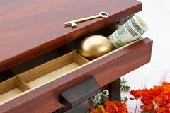 Den avgörande besparingen är nyckel- att ila finanser Royaltyfri Foto