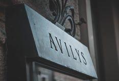 Den Avilys restaurangen undertecknar in den gamla staden royaltyfri foto