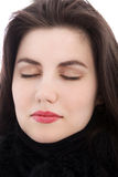 Den avkopplade brunettkvinnan med ögon stängde sig, stänger sig upp arkivbilder