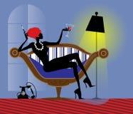Den avkopplade moderna flickan sitter i en stol Royaltyfri Fotografi